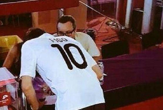 فيغو في انتخابات برشلونة بقميص ريال مدريد