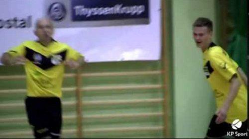 صورة فيديو: هدف مذهل في كرة القدم داخل الصالات