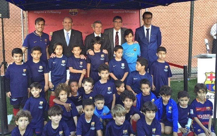 صورة لممثلي برشلونة الذين حضروا افتتاح مدرسة النادي بالدار البيضاء