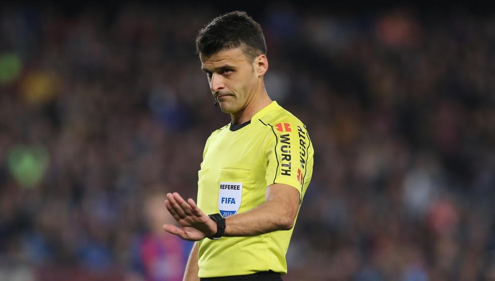 416454854 - الحكم غيل مانزانو الخطر الأول في مباراة برشلونة و سيلتا فيغو