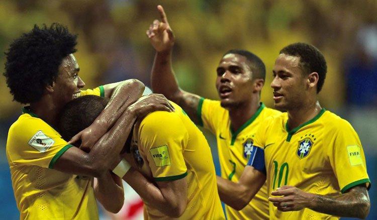 brazil celebrates - توقيت والقنوات الناقلة لمباراة البرازيل و الاكوادور
