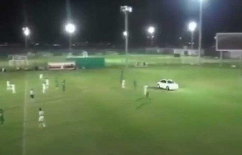1 31 780x500 - بالفيديو.. سيارة تقتحم ملعب كرة قدم أثناء مباراة بالدوري الإماراتي