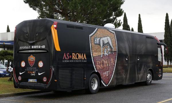 صورة بالفيديو.. خدعة ماكرة من حافلة روما لتفادي تكرار حادثة مانشستر سيتي
