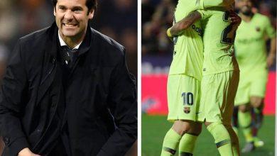 مدرب ريال مدريد سولاري يسار الصورة و على اليمين ميسي يحتضن زميله في برشلونة