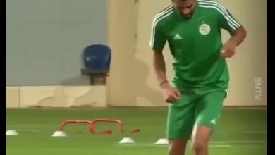 صورة رياض محرز يستعرض مهاراته بالكرة في تدريبات الجزائر
