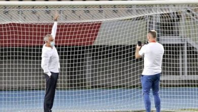 صورة مورينيو يكتشف شيئاً غريباً في المرمى قبل مباراة توتنهام مع شكينديا