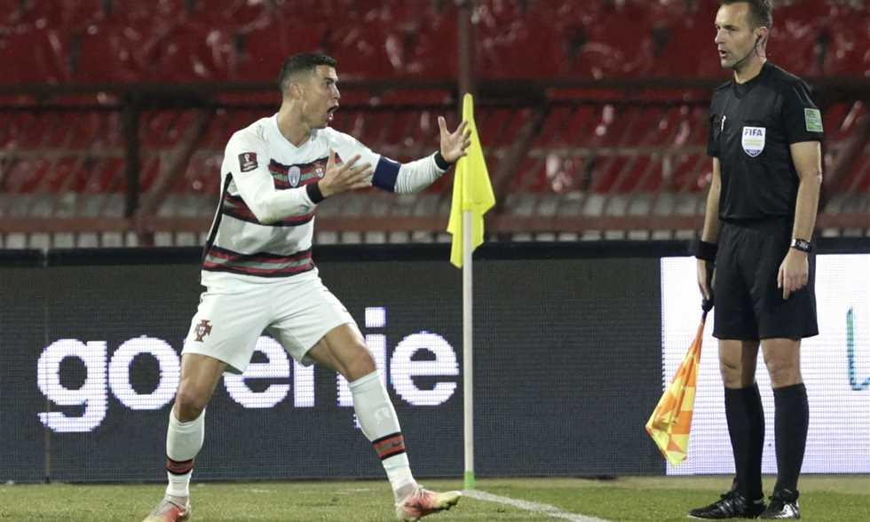 رونالدو يعتذر عن إلقاء شارة قيادة منتخب البرتغال عقب مباراة صربيا