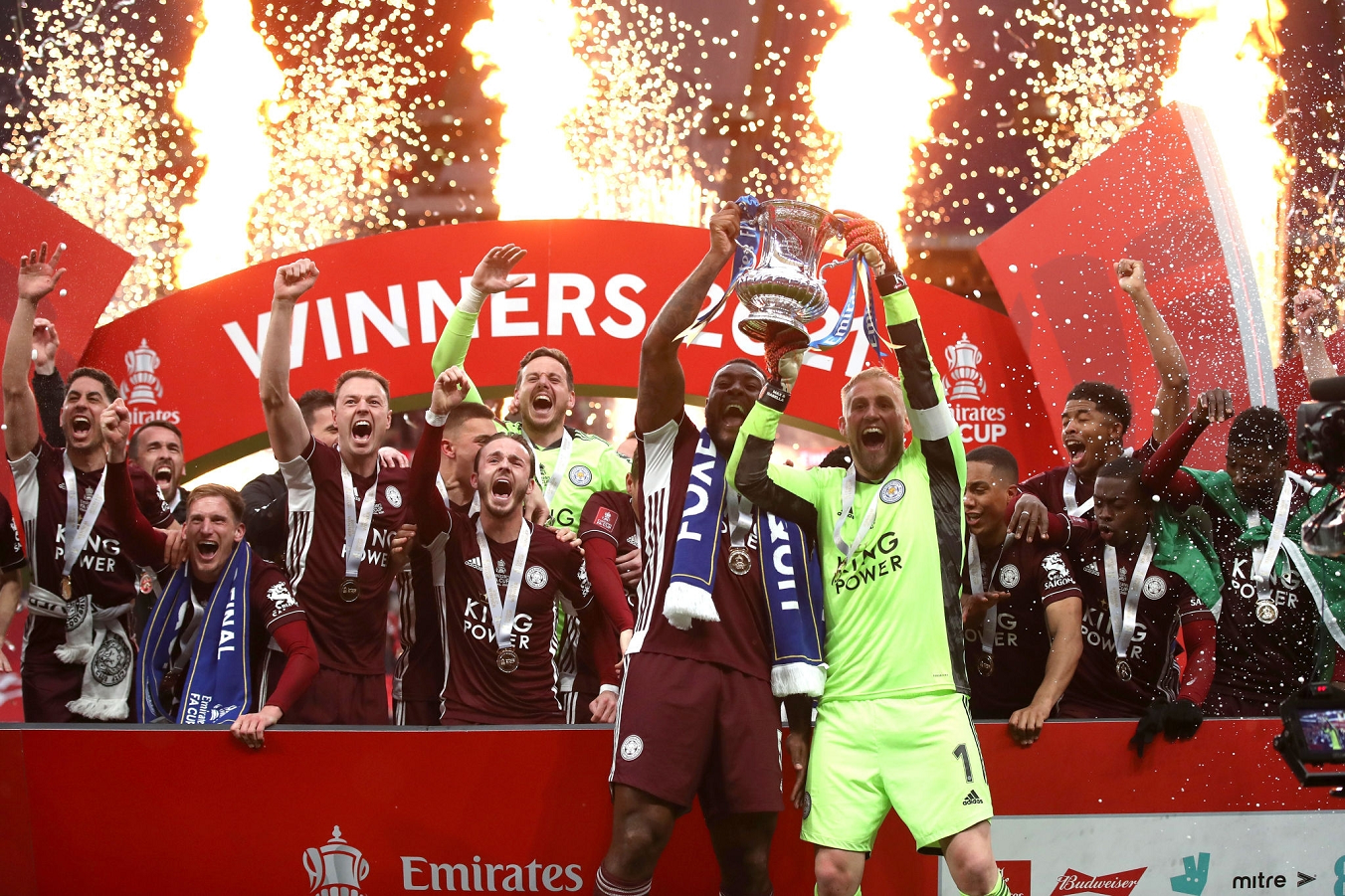 لاعبي ليستر سيتي يحتفلون بفوزهم بكأس الإتحاد الإنجلزي