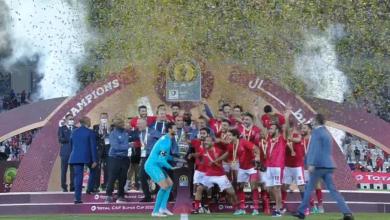 لاعبي الأهلي يرفعون كأس السوبر الأفريقي