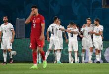 أحد لاعبي تركيا يقوم بالاعتذار عقب الخسارة أمام إيطاليا