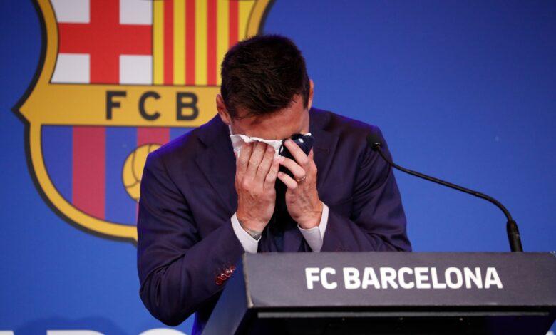 بكاء ميسي خلال المؤتمر الصحفي لرحيله عن برشلونة