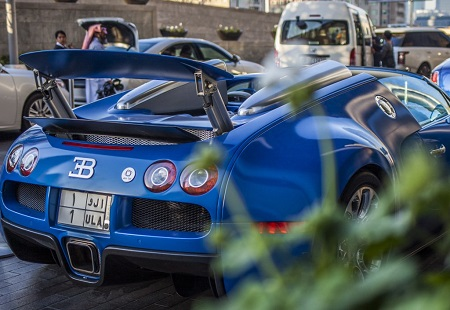 سيارة بوجاتي فيرون سعودية باللون الازرق